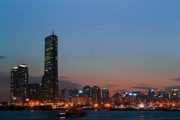 800px-Seoul-Yeouido.at.dawn-01