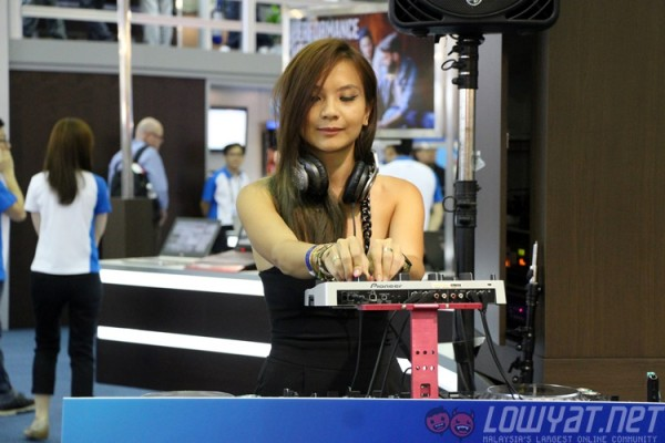 computex-2015-booth-babes-1