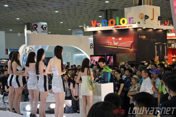 computex-2015-booth-babes-21