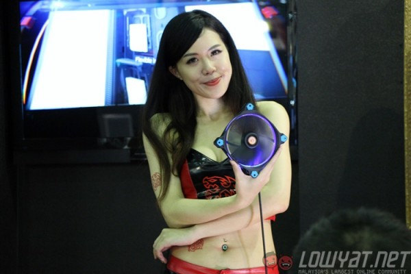 computex-2015-booth-babes-3