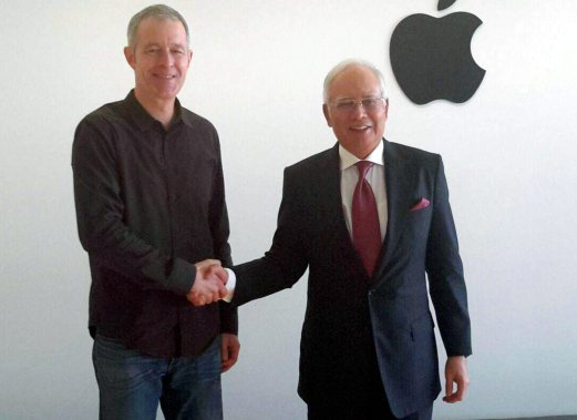CUPERTINO (California), Feb 18 -- Prime Minister Datuk Seri Najib Tun Razak shaking hands with Apple Chief Operating Officer, Jeff Williams (left) during a visit to Apple headquarteres today. (Wednesday local time) --fotoBERNAMA (2016) COPYRIGHT RESERVED