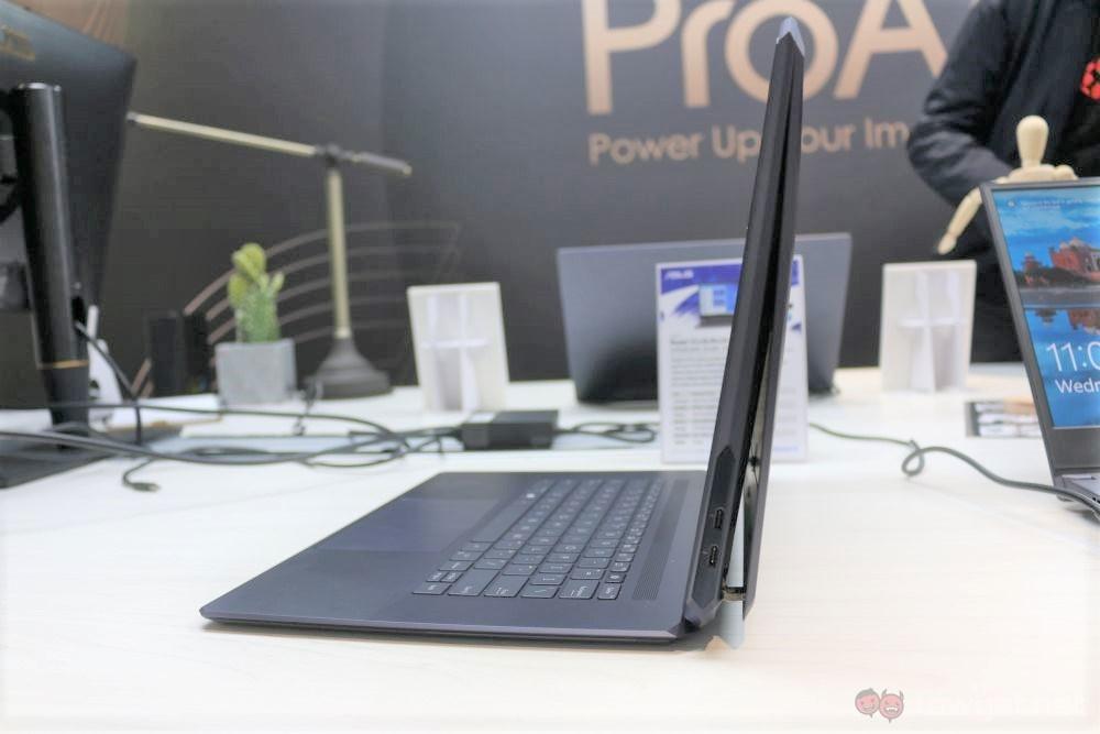 ASUS ProArt StudioBook One side open