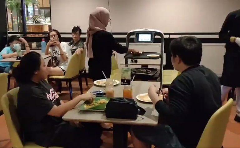 Original Penang Kayu Nasi Kandar Robot Waiters PuduBot